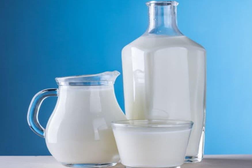 संध्याकाळ ते रात्रीपर्यंतची वेळ दूध पिण्यासाठी योग्य आहे.संध्याकाळी किंवा रात्रीच्या वेळेला दूध प्यायल्याने ते नीट पचतं. तसंच आरोग्य आणि सौंदर्यासाठी खूप फायदे आहेत.
