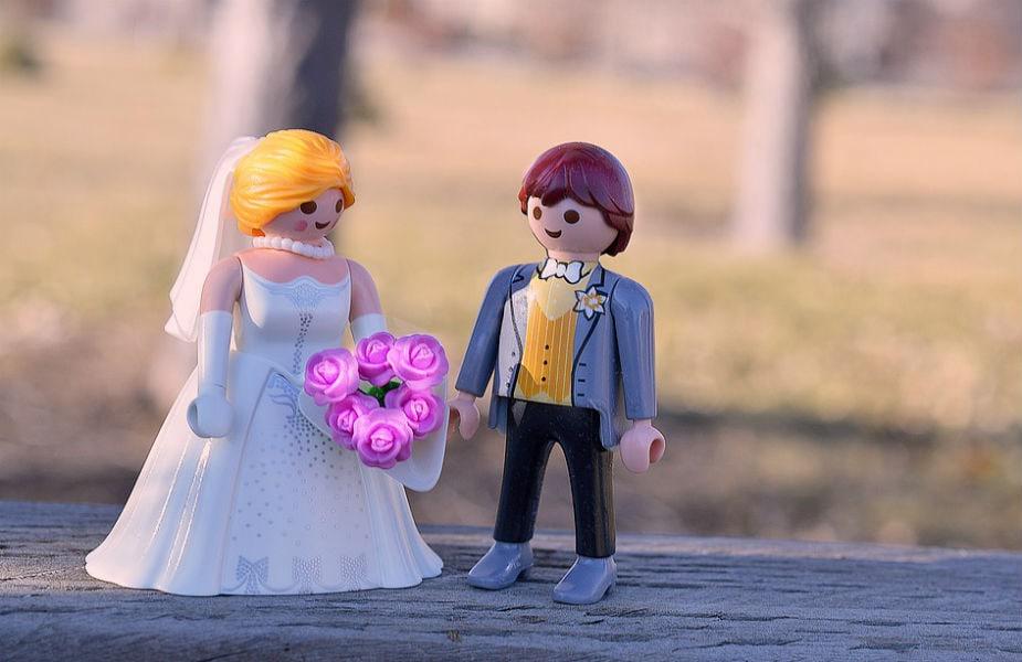 प्रेम व्यक्त न करणं - अनेकदा पुरुष पत्नीला गृहित धरतात. लग्नानंतर इतके बिझी होतात की पत्नीजवळ प्रेम व्यक्त करायला त्यांना वेळ नसतो. अनेक प्रश्न तुम्ही व्यक्त केलेल्या प्रेमामुळे सुटू शकतात.