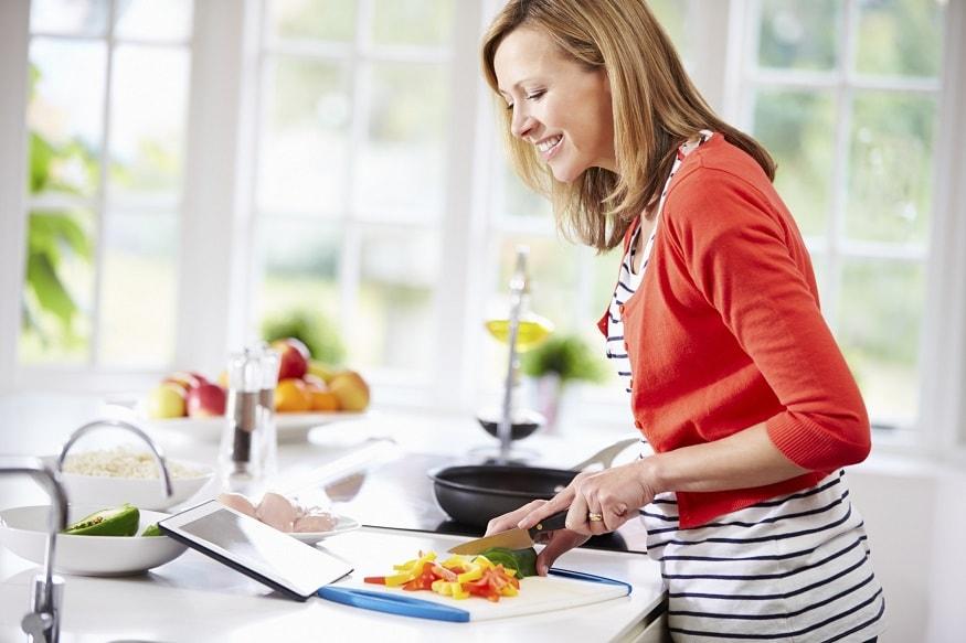 स्वयंपाकातूनही एक वेगळा आनंद मिळतो. घरी असताना तुमच्या आवडीचा स्वयंपाक करा. हार्वर्ड हेल्थ ब्लॉगनुसार असं केल्यानं डिप्रेशनचा धोका25 ते 30 टक्केकमी होतो.