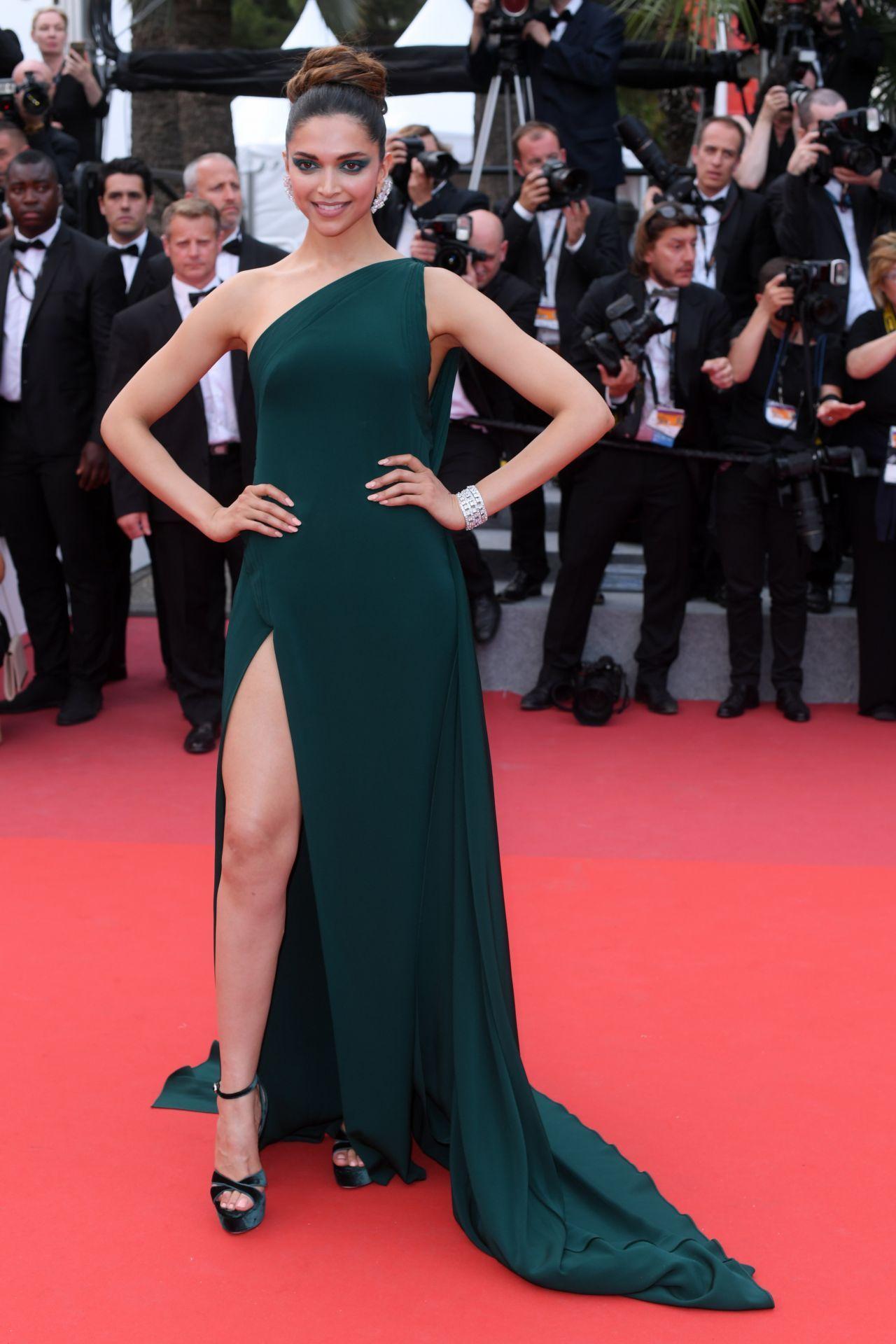 दीपिका पदुकोणने कान्स फिल्म फेस्टिव्हलमध्ये वन शोल्डर ड्रेसचा ट्रेण्ड फॉलो करताना दिसते. हिरव्या रंगाच्या ड्रेसमध्ये ती फार मादक दिसत असते.