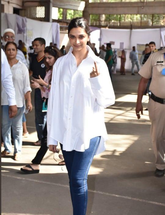 अभिनेत्री दीपिका पदुकोणनने पांढऱ्या रंगाचं सैल शर्ट आणि निळ्या रंगाची जीन्स घातली होती. दीपिकाच्या या लुकची सोशल मीडियावर फार चर्चा होत आहे.
