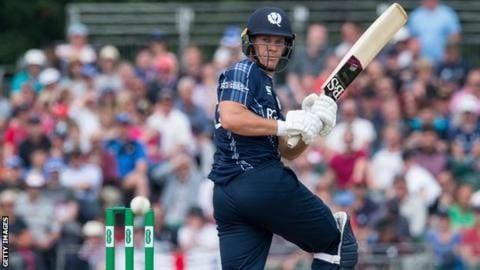 स्कॉटलंडच्या जॉर्ज मुनसेनं 25 चेंडूत वादळी खेळी केली. एका अनधिकृत टी20 सामन्यात  त्याने ही कामगिरी केली. जॉर्जने 39 चेंडूत 147 धावा केल्या.या खेळीच्या जोरावर जॉर्जच्या संघाने 20 षटकांत 326 धावा केल्या.