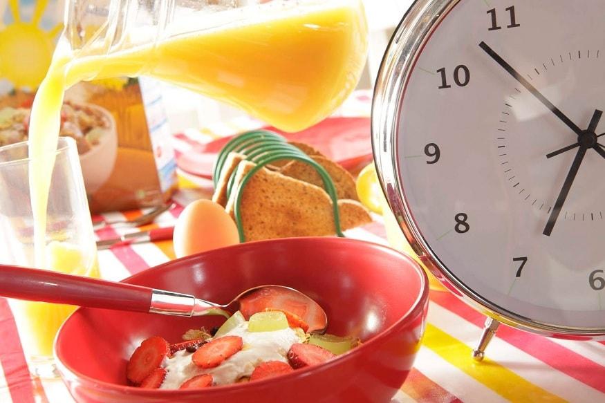 हेवी ब्रेकफास्ट करा - भले तुम्हाला कुठे बाहेर जायचं नाही तरीदेखील सकाळचा नाश्ता हा हेवी असावा. पोहे, ब्रेड बटर, डोसा, इडली, अप्पे, ज्युस, फळं असे पदार्थ नाश्त्यामध्ये खावेत. यामुळे भूक कमी लागेल. शिवाय थोड्या थोड्या वेळाने पाणी पित राहा.