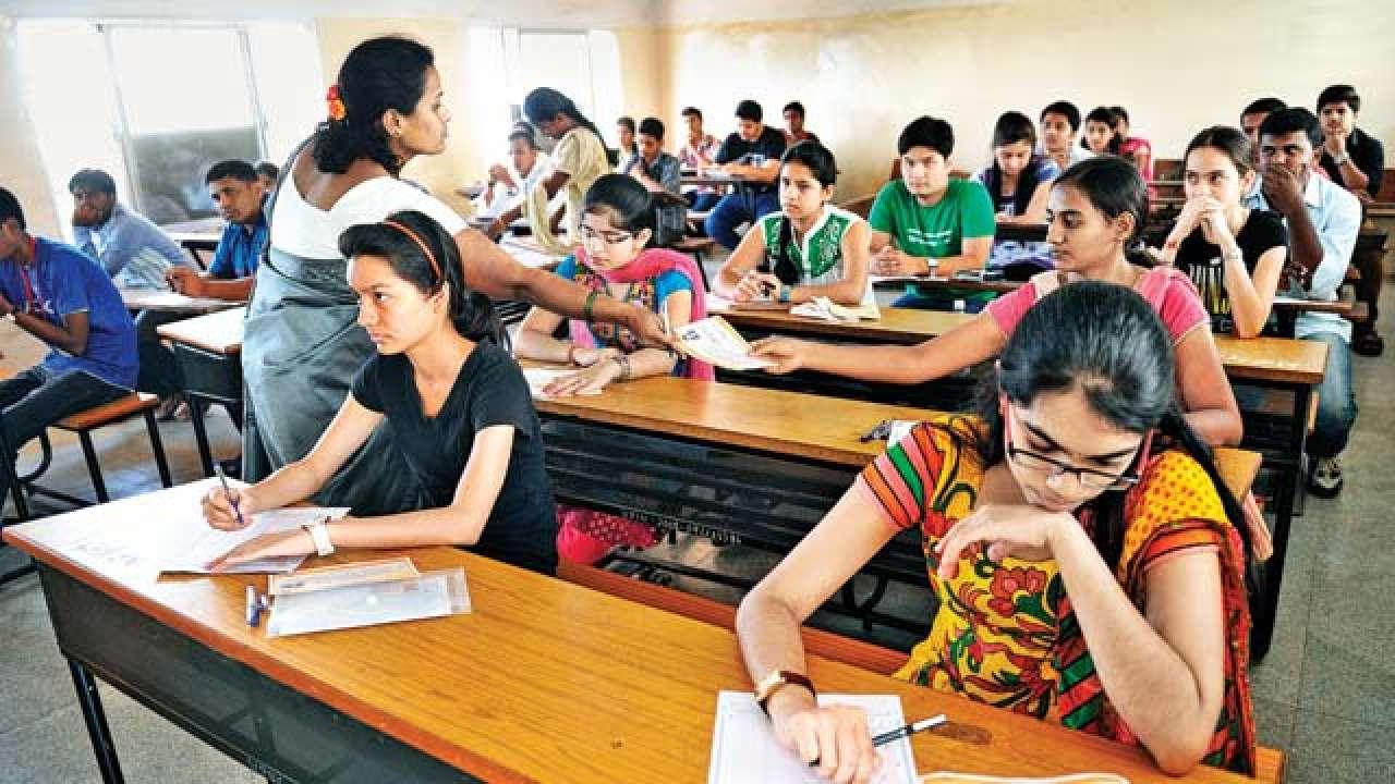विद्यार्थ्यांनी परीक्षा केंद्रात बूट घालू नयेत. चप्पल किंवा सँडल्स घालावेत.