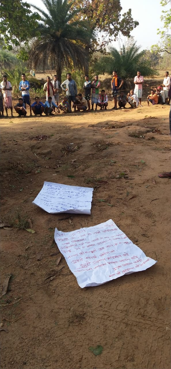 नक्षलवाद्यांनी मतदानाच्या दिवशीही मतदानकेंद्राजवळ मतदान करू नका म्हणून बहिष्काराची पत्रकं टाकली होती. त्याकडे दुर्लक्ष करत नागरिकांनी मतदानासाठी रांगा लावल्या.