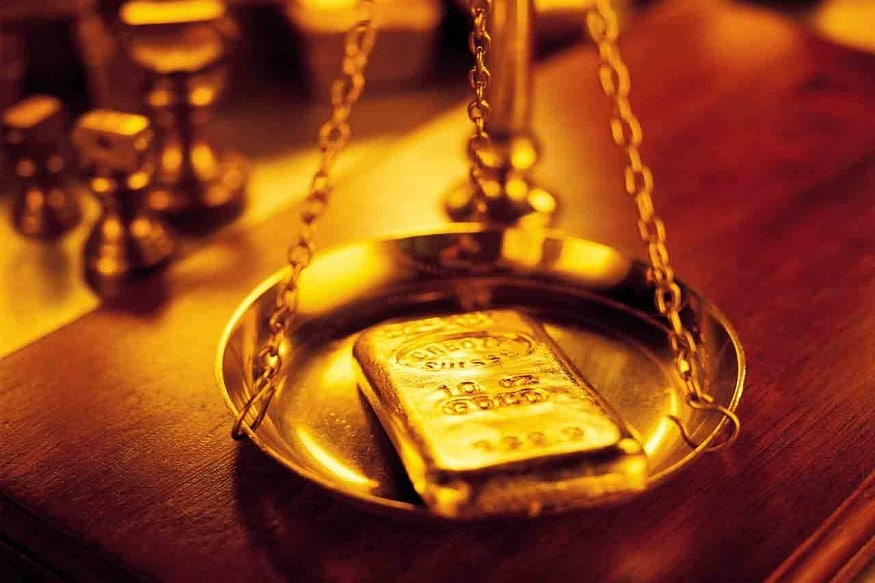 रुपया मजबूत झाल्यानं सोन्याच्या किमतीत घसरण होतेय. गेले तीन महिने सोनं जवळजवळ 1800 रुपये प्रति दहा ग्रॅमनं जास्त स्वस्त झालं.