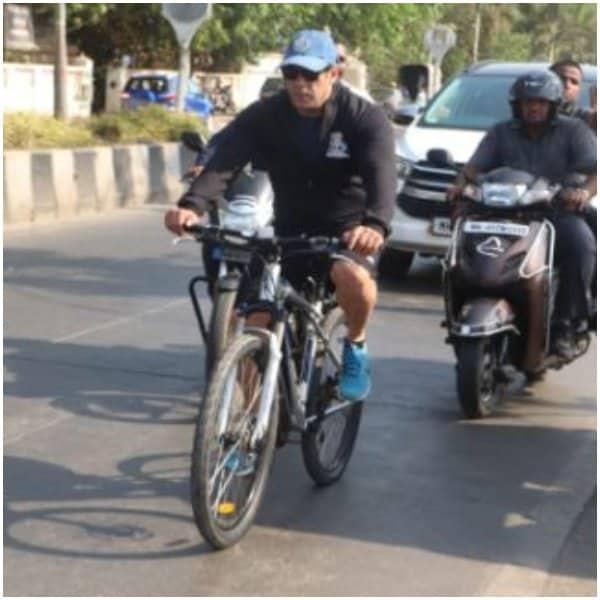 बुधवारी संध्याकाळी सलमान खान आणि त्याचे काही बॉडीगार्ड डी.एन. नगर परिसरात सायकल चालवत होते. आता सलमान रस्त्यावर सायकल चालवणार म्हटल्यावर त्याला पाहायला गर्दी तर होणारच ना..