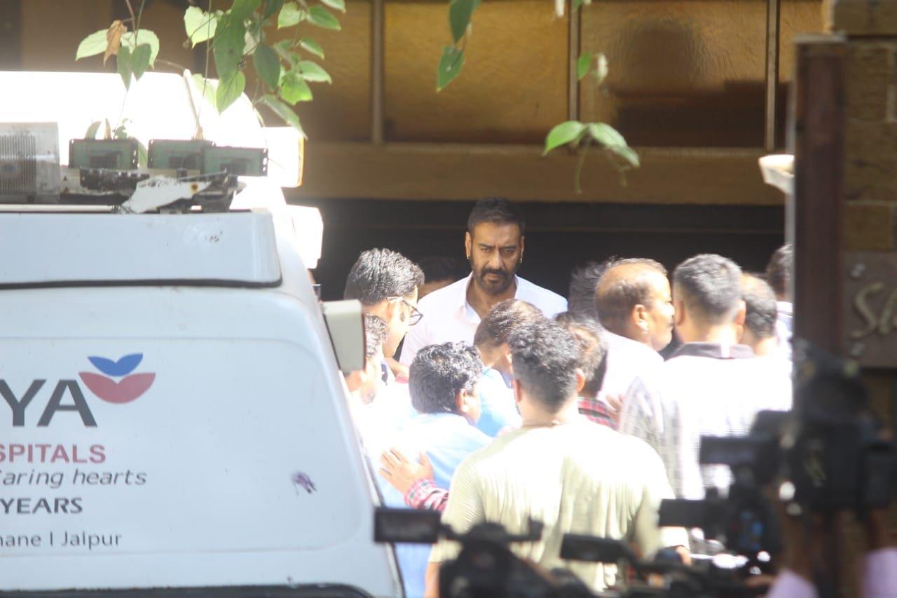बॉलिवूड अभिनेता अजय देवगणचे वडील वीरू देवगण यांचं सोमवारी दुपारी प्रदीर्घ आजाराने निधन झालं. वयाच्या ८५ व्या वर्षी त्यांनी अखेरचा श्वास घेतला. गेल्या अनेक दिवसांपासून त्यांची तब्येत खालावत होती. (छाया सौजन्य- विरल भयानी)