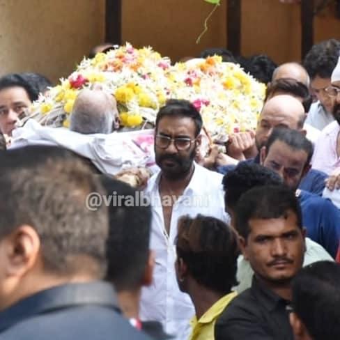 प्रसिद्ध स्टंट दिग्दर्शक आणि अजय देवगणचे वडील वीरू देवगण यांचं प्रदीर्घ आजाराने २७ मे रोजी निधन झालं. वीरू यांच्या निधनाची दुःखद बातमी कळताच अनेक बॉलिवूड कलाकार मंडळी अजय आणि काजोलच्या घरी त्यांचं सांत्वन करण्यासाठी गेले. शाहरुख खानपासून राकेश रोशनपर्यंत आणि अमिताभ बच्चनपासून राणी मुखर्जीपर्यंत अनेकजण अजयच्या घरी गेले.