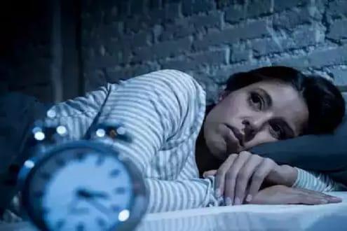 कमी झोप आरोग्यासाठी धोक्याची घंटा, 'या' गंभीर आजाराला मिळतंय आमंत्रण