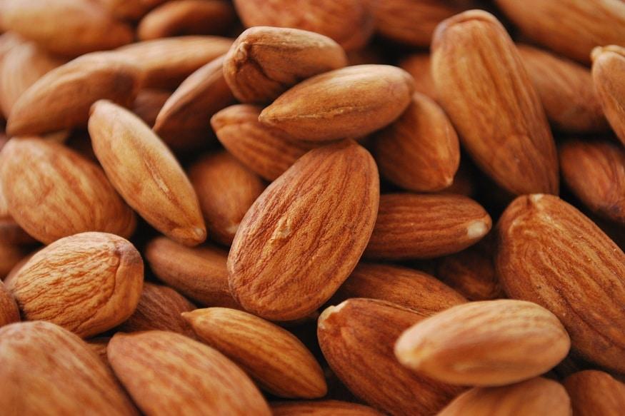 बदाम : बदाम बियांमध्ये व्हिटॅमीन ई प्रमाणेच मोनोसॅचुरेटेड फॅट आणि प्रोटीन जास्त प्रमाणात असतं. बदामात कॅलरी कमी असतात यामुळे याचा त्याचा आहारात समावेश करावा. वजन कमी करायचं असेल तर भिजवलेल्या बदाम बिया दररोज खाव्यात. वारंवार भूक लागत नाही त्यामुळे मेटॅबॉलिक सिंड्रोमवरही नियंत्रण मिळतं.