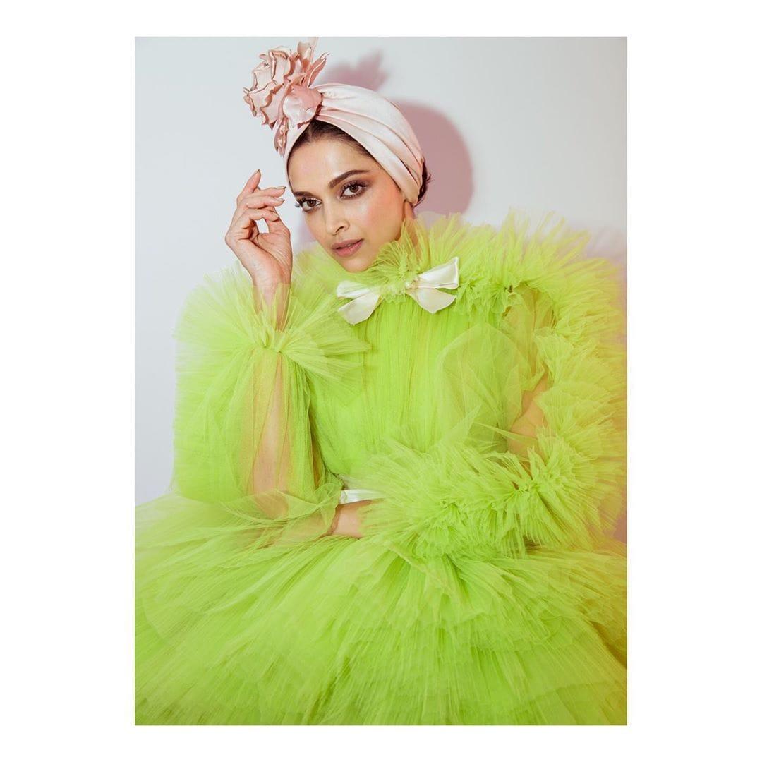तिच्या लाखो कट्टर चाहत्यांना तिचा प्रत्येक लुक हा सुंदरच वाटला. दीपिकाने तिच्या दुसऱ्या रेड कार्पेट लुकसाठी हिरव्या रंगाला प्राधान्य दिलं. दीपिकाने सी- ग्रीन रंगाचा लांब फेरी फ्लफी गाउन घातला होता.