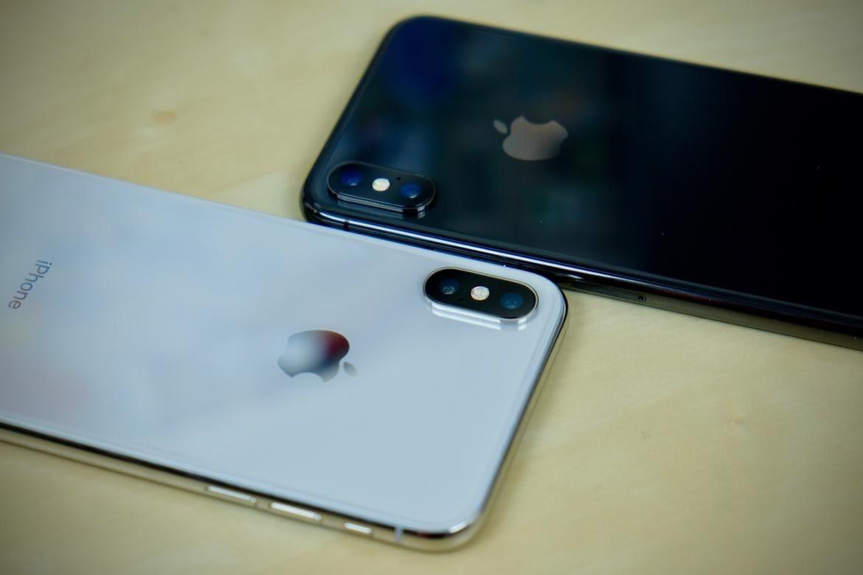 iPhone X चं दुसरं व्हेरिएंट 64 GB असून त्यावर कंपनीने 22,000 रुपये इतका भारी डिस्काउंट जाहीर केला आहे. Space Grey colour मध्ये उपलब्ध असलेला स्मार्टफोन तुम्हाला 69,999 रुपयाला खरेदी करता येईल. यावर 21,900 रुपये कमी करण्यात आले आहेत. तर Silver colour मध्ये उपलब्ध असलेला स्मार्टफोन तुम्हाला 71,999 रुपयात खरेदी करता येईल.