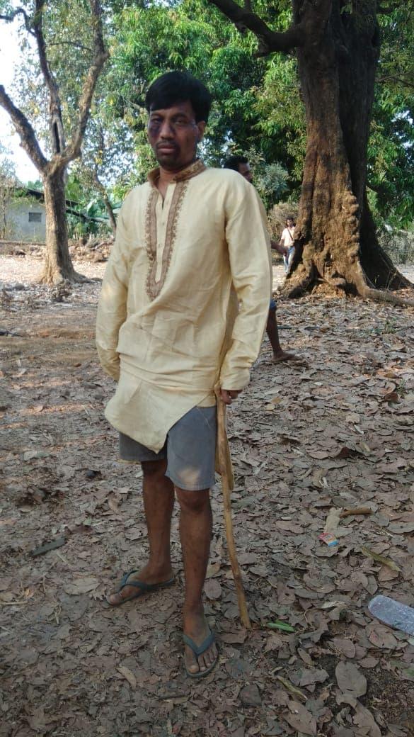 लग्नाचा पोशाख घातलेला काशीही गावात सैरावैरा पळतोय.