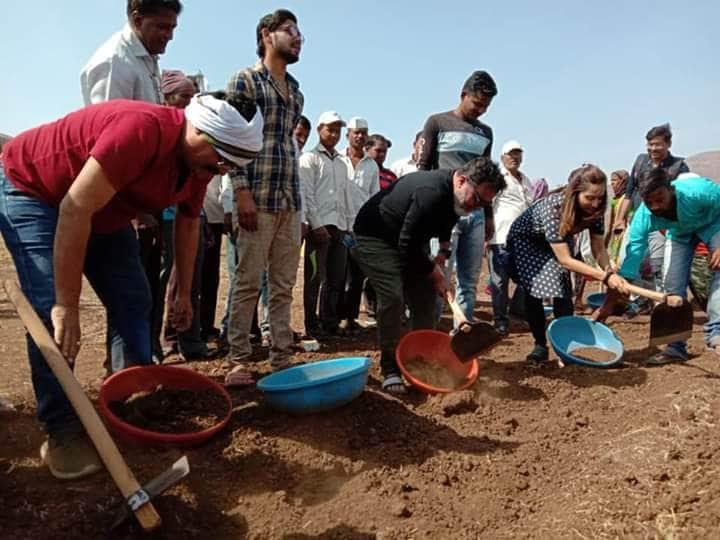 सिन्नर तालूक्यातील धोंडीबार गावात पानी फाउंडेशनसाठी दिग्दर्शक रवी जाधव, पत्नी मेघना जाधव आणि अभिनेता भारत गणेशपुरे यांनी श्रमदान केलं.