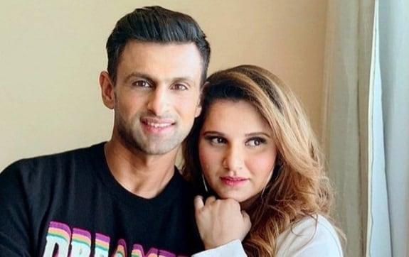 भारताची टेनिस स्टार सानिया मिर्झाने पाकिस्तानी क्रिकेटपटू शोएब मलिकसोबत 2010 मध्ये लग्न केलं. आशियातील प्रसिद्ध टेनिसपटू असलेल्या सानियाने अनेक स्पर्धांमध्ये आपली मोहोर उमटवली आहे.