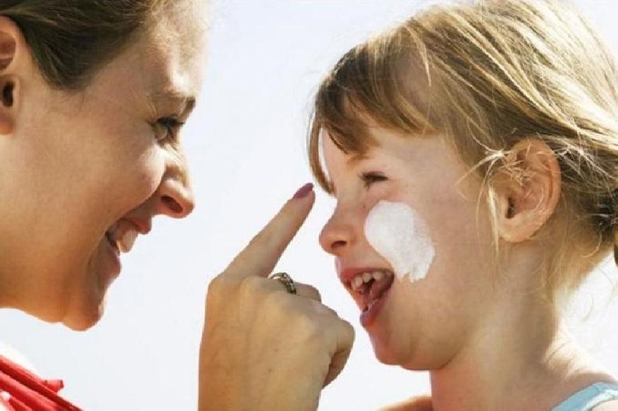 दुपारी घराबाहेर पडताना त्यांच्या त्वचेचं रक्षण करण्यासाठी त्यांना सनस्क्रिन लावायला विसरू नका.