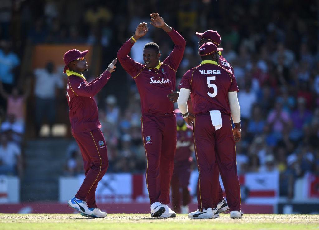 ICC World Cup मध्ये वेस्ट इंडिजचा संघ हा अंडरडॉग संघ ठरेल, असे मत सर्वच चाहत्यांनी व्यक्त केले आहे. आपल्या पहिल्या सामन्यात पाकिस्तानला पराभूत केल्यानंतर ऑस्ट्रेलियाविरोधात झालेला सामनाही त्यांनी अटीतटीचा केला. पण ऑस्ट्रेलियाच्या संघानं हा सामना केवळ 15 धावांनी जिंकला. यात वेस्ट इंडिजच्या गोलंदाजांनी महत्त्वाची भूमिका बजावली.
