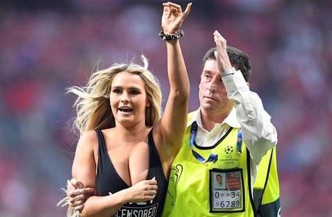 युरोपीयन चॅम्पियन लीगच्या अंतिम सामन्यावेळी एक मॉडेल अचानक धावत मैदानात घुसली होती. त्यात ती चक्क स्वीमसूटवर मैदानात घुसल्याने मोठी खळबळ उडाली होती. त्यानंतर सुरक्षारक्षकांनी तिला मैदानातून बाहेर नेलं. यामुळं सामना मधेच थांबवावा लागला.