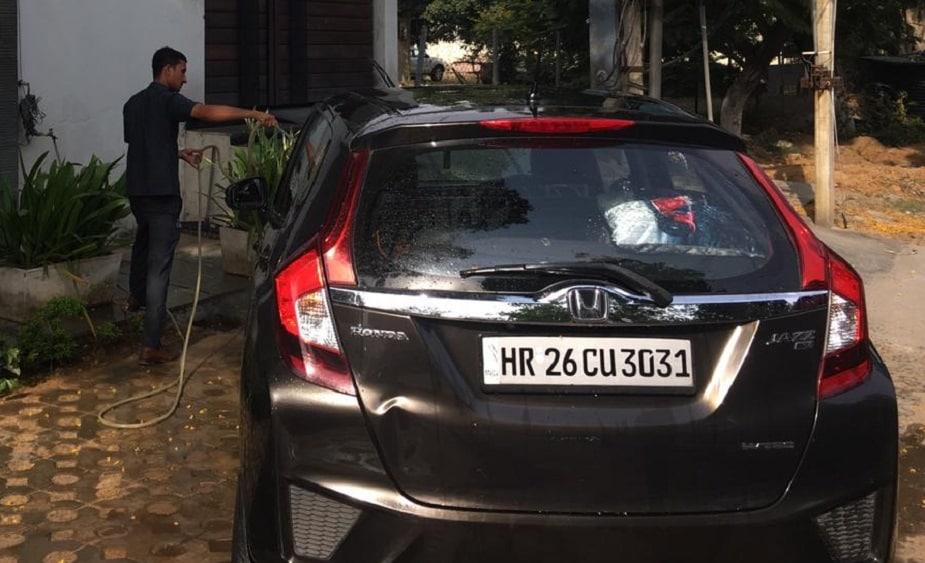 गेल्या बुधवारी कोहलीच्या घराबाहेर कार धुतली जात होती. त्यावेळी पालिकेची अधिकारी त्याठिकाणी पोहचले आणि कोलहीच्या कारची 500 रुपयांची पावती फाडली.