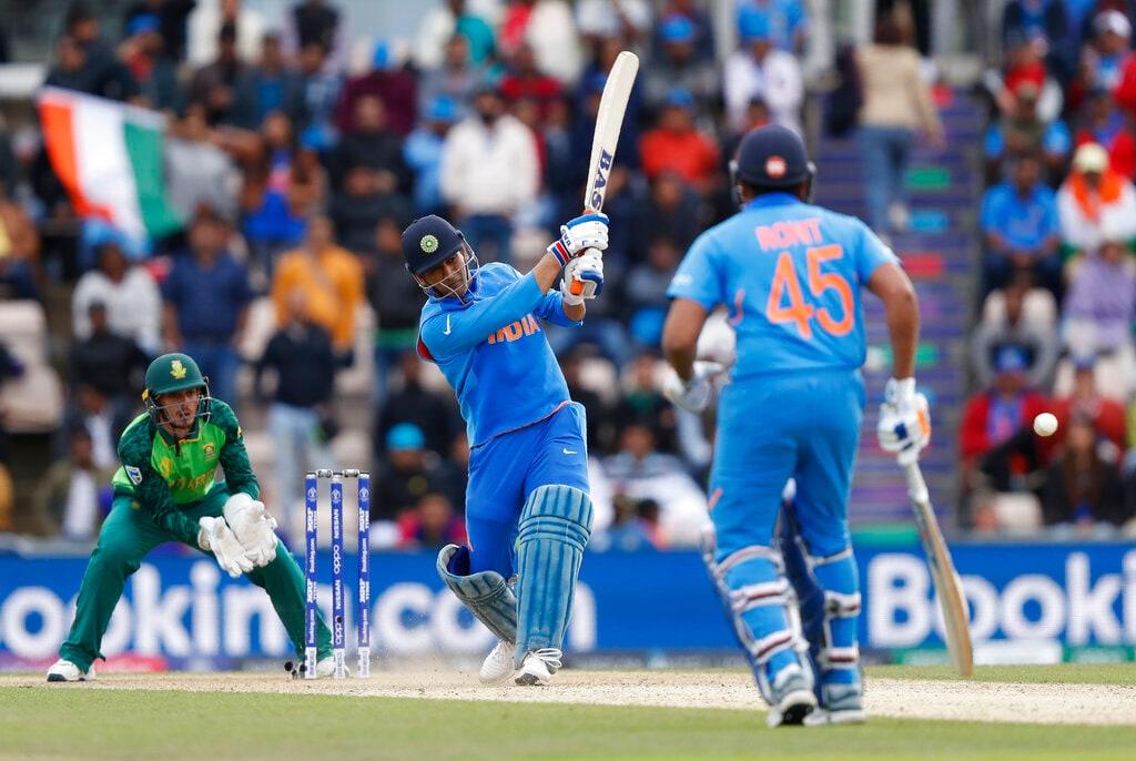 ICC World Cupमध्ये पहिल्या दक्षिण आफ्रिकेविरोधात भारतीय संघानं पहिला सामना जिंकत विजयी सलामी दिली. या सामन्यात धोनीची खेळी महत्त्वाची ठरली. (PC-AP)