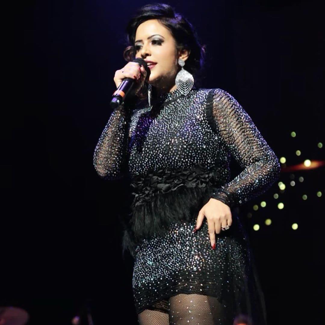 फोटोमध्ये गाणं गातानाचा अमृता यांचा आत्मविश्वास कोणत्याही नावाजलेल्या गायकापेक्षा कमी दिसत नाही.