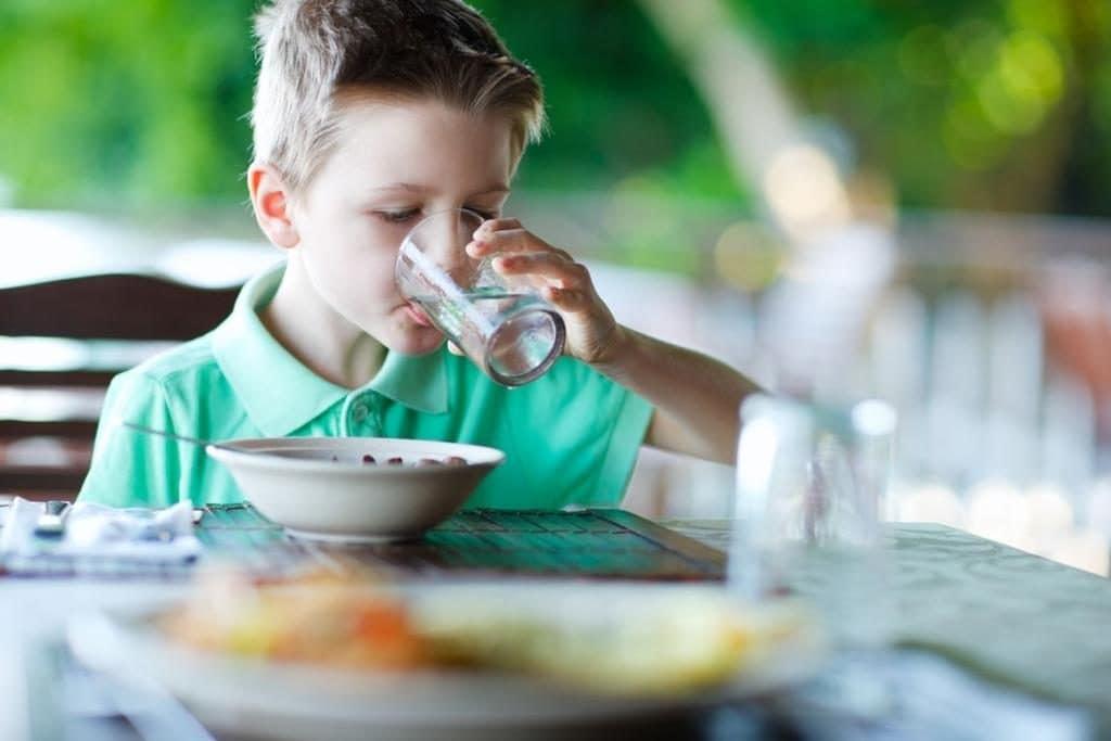 जेवताना पाणी प्यायल्याने पचनक्रिया बिघडते. त्यामुळे जेवणाच्या अर्धा तास अगोदर आणि जेवण झाल्यानंतर अर्ध्या तासानंतर पाणी प्यावं.