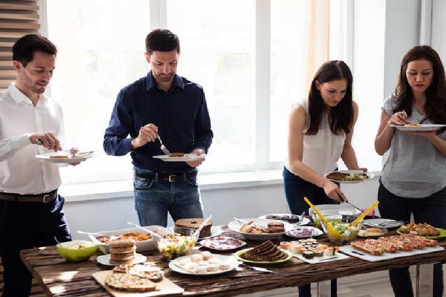 उभं राहून जेवल्याने पचनक्रियेवर प्रतिकूल परिणाम होतो. बसून जेवल्याने शांतपणे जेवल्याने ही समस्या उद्भवत नाही.