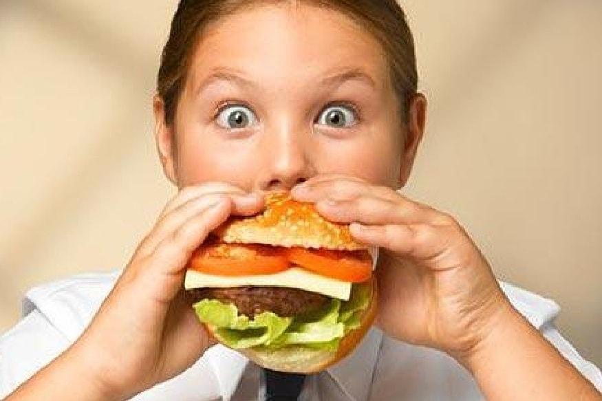 आवडीचा पदार्थ समोर आल्यानंतर भूक नसतानाही भरपूर प्रमाणात तो खाल्ला जातो. त्यामुळे पचन नीट होत नाही आणि पोट बिघडतं.