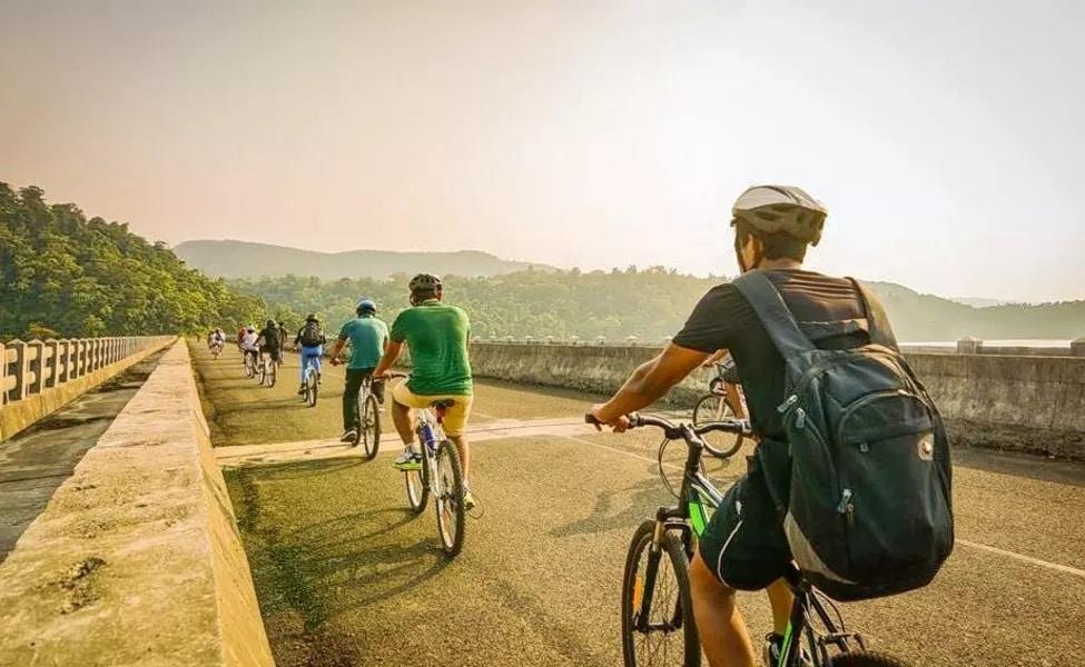 1 - दीवपासून ते सोमनाथपर्यंत सायकलिंग करण्याची एक वेगळीच मज्जा आहे. विस्तिर्ण असा समुद्र किनारा आणि त्याबाजची सरूची आणि माडीची झाडं तुमचं मन मोहून घेतील. या मार्गावर अशी अनेक ठिकाणं आहेत जिथे तुम्हाला थांबून फिरता येईल.