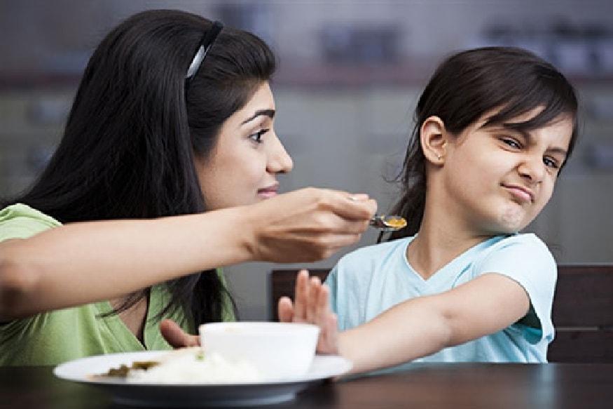 मुलांच्या आहाराबाबत पालक नेहमीच काळजी करतात. सगळ्यात आयांना वाटतं की त्यांच्या मुलांनी व्यवस्थीत जेवावं. किशोर वयात मुलांची झपाट्याने वाढ होते. या वयात सकस आहाराची जास्त गरज असते. त्यामुळे शाळेत जाणाऱ्या मुलांच्या  आहारात कोणकोणत्या गोष्टी असायला हव्यात हे आज आम्ही तुम्हाला सांगणार आहोत.