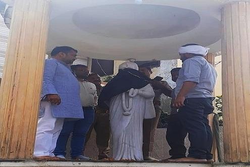 इंदिरा गांधींच्या पुतळ्याला घातला बुरखा;  काँग्रेस कार्यकर्ते आक्रमक