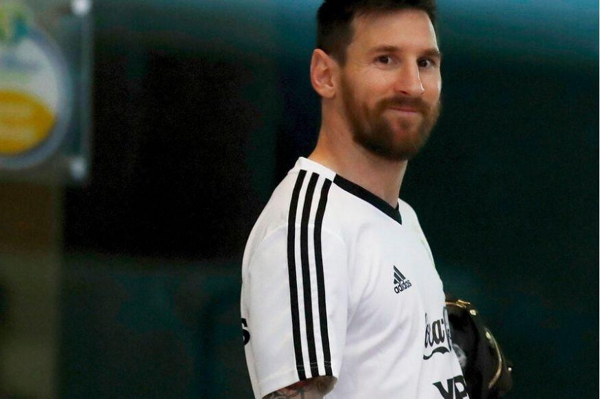 तर, या यादीत पहिल्या क्रमांकावर विराजमान आहे, फुटबॉलचा बादशाह लियोनाल मेस्सी. बार्सिलोना आणि अर्जेंटीनाकडून खेळणारा हा स्टार खेळाडू गेल्या वर्षीही पहिल्या क्रमांकावर होता. त्यानंतर दुसऱ्या क्रमांकावर क्रिस्टियानो रोनाल्डोचा नंबर लागतो.