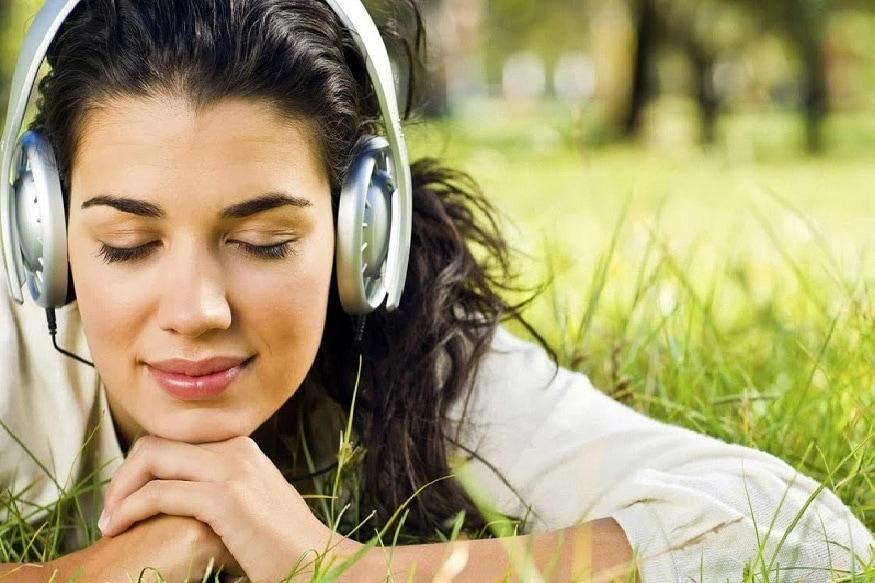 बऱ्याच दिवसांपासून घरात राहून आपल्या मनावरही ताण येतो. अशावेळी तुमच्या आवडीची गाणी ऐका. त्यासाठी सध्या प्लेस्टोअरवर अनेक पर्याय उपलब्ध आहेत. याशिवाय तुम्ही युट्यूबचीही मदत घेऊ शकता.