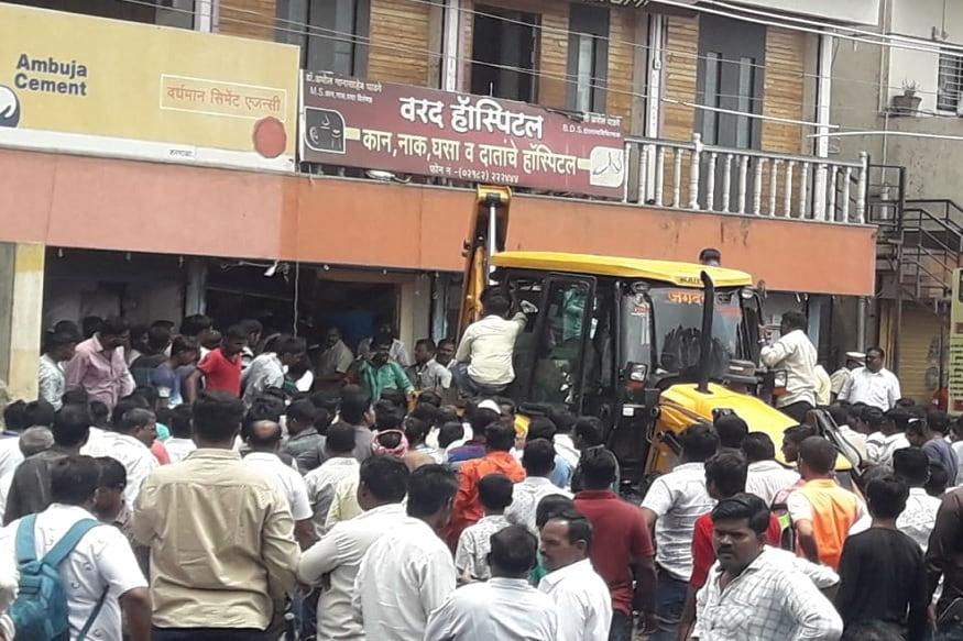 सोलापूरमध्ये बँक ऑफ महाराष्ट्राच्या बँकेचा स्लॅब कोसळला असल्याची माहिती देण्यात आली आहे. करमाळ्यामध्ये असलेल्या या बँकेचा स्लॅब कोसळला. तासाभराआधी ही दुर्घटना घडली आहे.