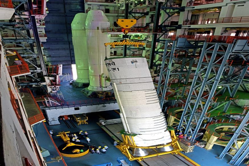 चांद्रयान -2 मध्ये 13 उपग्रहही असतील. एकूण सगळं वजन 3.8टन एवढं असणार आहे. इस्रोच्या शास्त्रज्ञांच्या मते, हे वजन 8 हत्तींच्या भाराएवढं आहे.