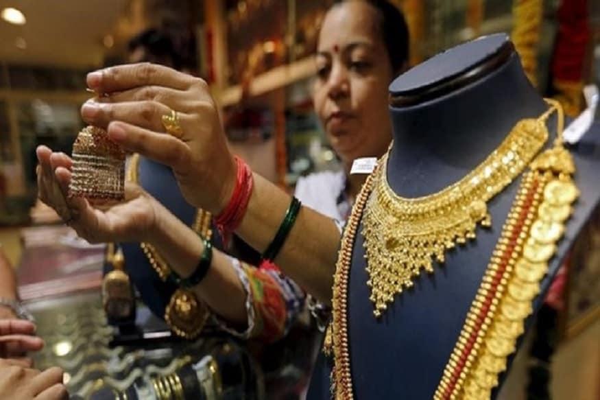 काल सोनं महागलं होतं, पण आज चांगली बातमी आहे. सोन्याच्या भावात 70 रुपयांनी घसरण होऊन सोनं 35,500 रुपये प्रति 10 ग्रॅम झालंय. चांदी मात्र महागलीय. ती 660 रुपयांनी वाढून 40,190 रुपये झालीय.