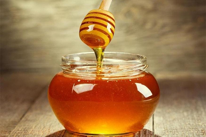 मध - कित्येक घरांमध्ये मध औषध म्हणून वापरलं जातं. औषधामध्ये अँटिबॅक्टेरिअल घटक असतात. मधाच्या सेवनाने पचनपक्रियाही सुरळीत होते. त्वचेसाठीही मध चांगलं आहे.