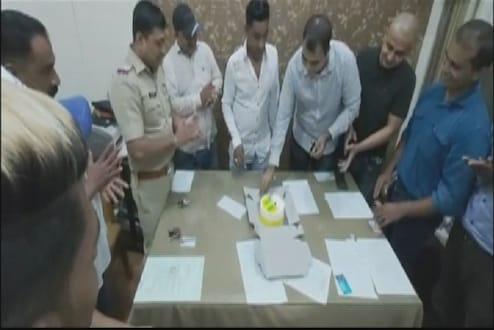 मुंबईत पोलीस स्टेशनमध्ये साजरा झाला चक्क गुंडाचा वाढदिवस, 5 पोलीस निलंबीत