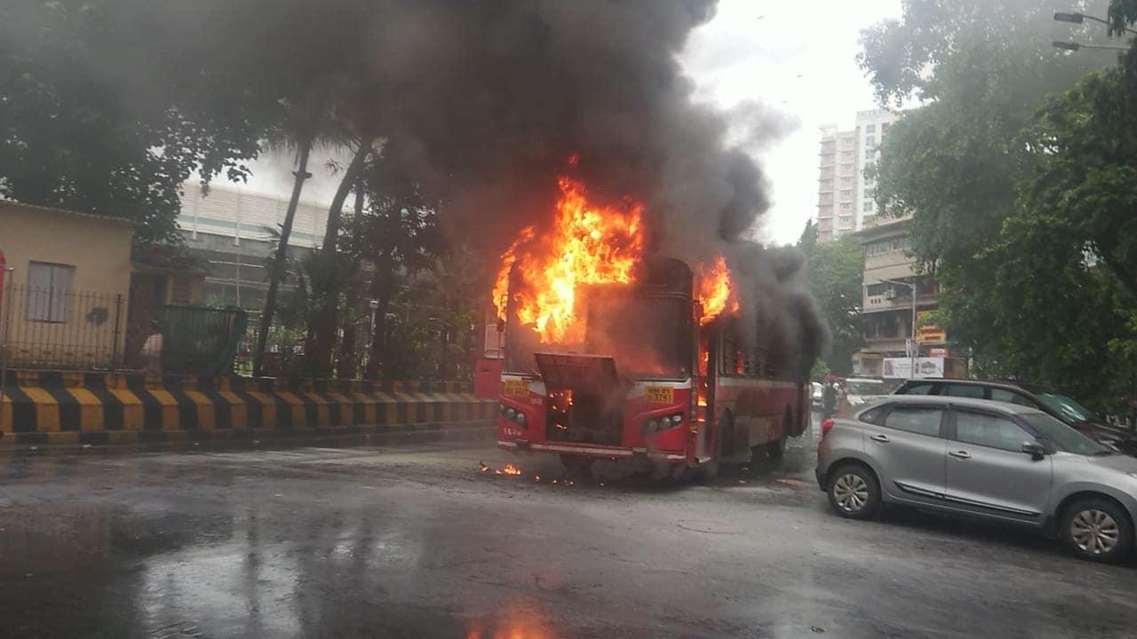BEST च्या बसला बुधवारी दुपारी भर पावसात आग लागली. लाग लागताच काही क्षणात आगीने पेट घेतला आणि बसचा कोळसा झाला. वाऱ्यामुळे आग झटकन पसरली. आगीचे लोट पूर्ण परिसरातून दिसत होते.