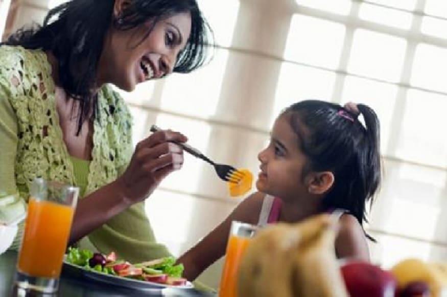 हिरव्या भाज्या आणि मोड आलेलं धान्य मुलांना अजिबात आवडत नाही. पण मुलांच्या निरोगी आरोग्यासाठी हेल्थी फुड फार गरजेचं आहे. त्यामुळे मुलांच्या आहारात कोणते पदार्थ असले पाहिजेत याकडे लक्ष देणं महत्त्वाचं असतं.