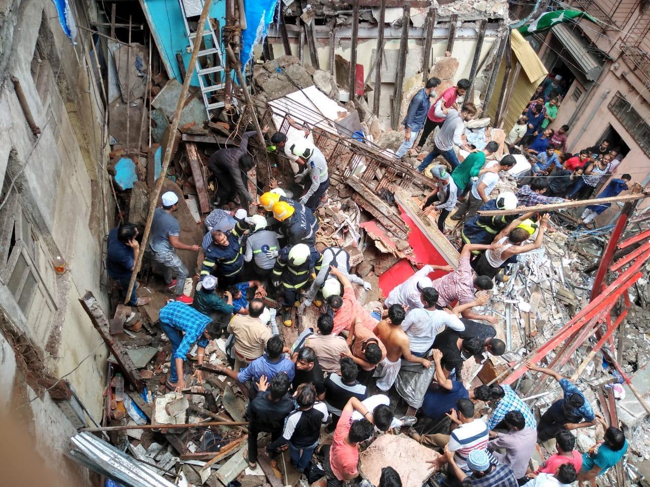 घटनास्थळी अग्निशमन आणि NDRFकडून मदत व बचाव कार्य सुरु आहे.
