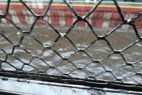 मुंबईत मुसळधार पाऊस; लोकल सेवा विस्कळीत