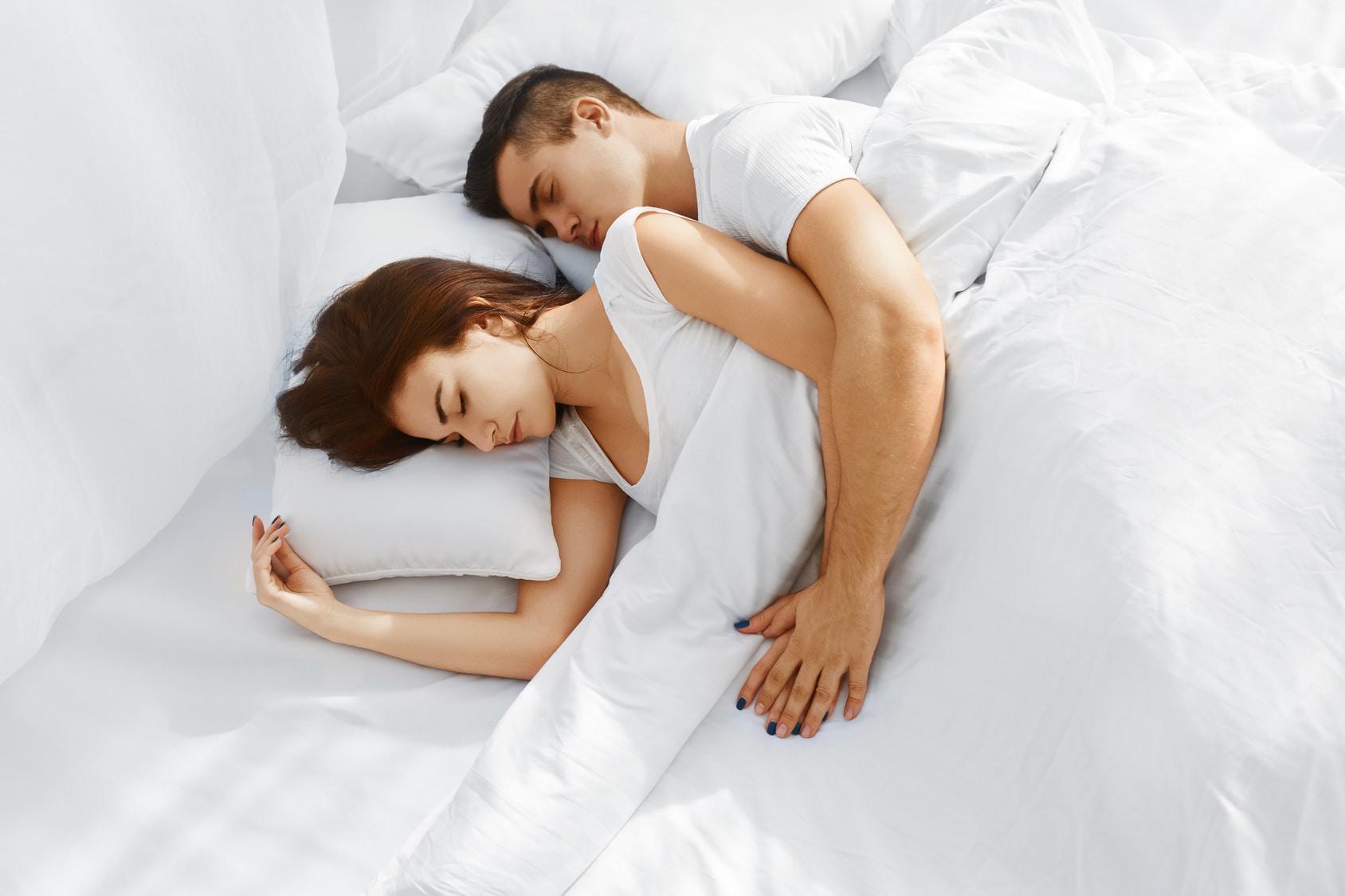 सुदृढ आरोग्यासाठी किमान सात ते आठ तासांची गाढ झोप आवश्यक असल्याचं डॉक्टरांनी अनेकदा सांगितलं आहे. पण तुम्हाला माहीत आहे का की चांगल्या झोपेसाठी योग्य पोझिशनमध्ये झोपणंही आवश्य आहे. स्लीपिंग पोझिशनचाही तुमच्या आरोग्यावर अनेक प्रकारे परिणाम होत असतो. चला तर मग कोणती स्लीपिंग पोझिशन तुमच्यासाठी योग्य आहे ते जाणून घेऊ...