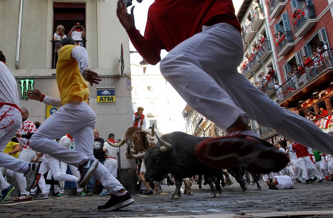 बैलांशी शर्यत लावणाऱ्या या शूरवीरांना प्रोत्साहन देण्यासाठी स्पेनमधले रस्ते दणाणून जातात.