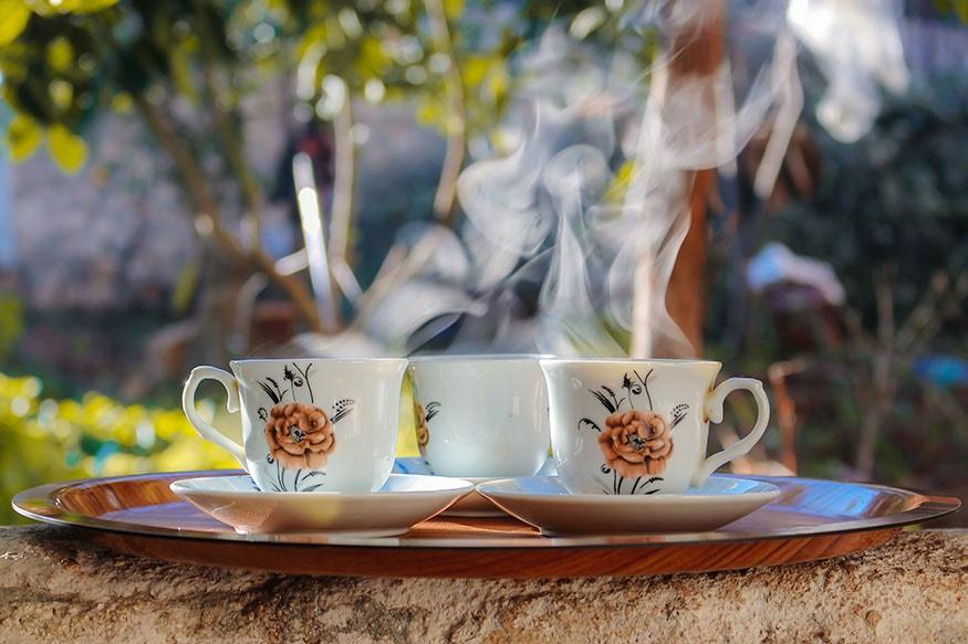 सकाळी स्वतः बनवलेला चहा किंवा कॉफी घेऊन पाहा. त्यातून एक वेगळी ऊर्जा मिळेल.