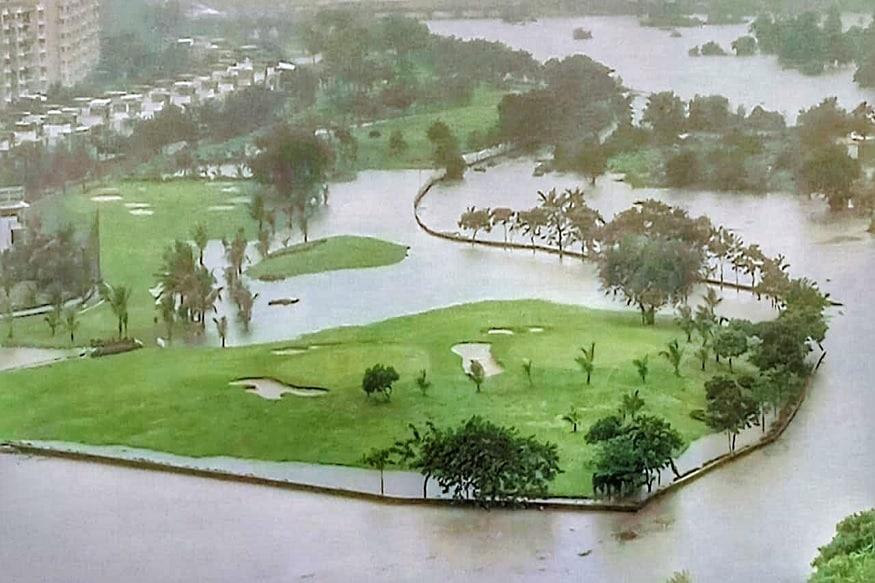 डोंबिवलीमध्ये तुफान पावसामुळे ठिकठिकाणी पाणी साचलं आहे. पावसाचा सर्वाधिक फटका डोंबिवली एमआयडीसी परिसराला बसला आहे.