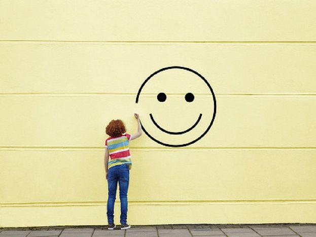 भिंतींच्या रंगांकडे लक्ष द्या- तुमच्या खोलीच्या भिंतींचा रंग गडद असेल तर तो तातडीने बदला. भिंतींचा रंग पिवळा, गुलाबी असणं शुभ मानलं जातं.