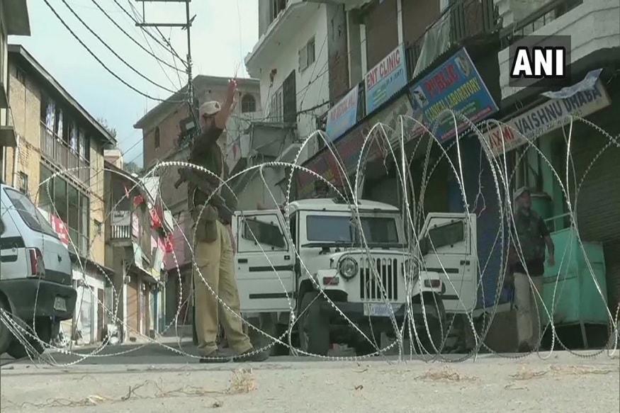 स्वातंत्र्यानंतर 370 कलम काश्मीरमध्ये लागू करण्यात आलं. राज्याला देण्यात आलेल्या विशेष अधिकारामुळं राष्ट्रपतींना राज्याची घटना बरखास्त करण्याचाही अधिकार नाही. देशात आर्थिक आणीबाणी लागू केली तरी ती काश्मीरमध्ये मात्र लागू होत नाही. भारतातील इतर राज्यांत लागू झालेले कायदेही इथं लागू करता येत नाहीत.