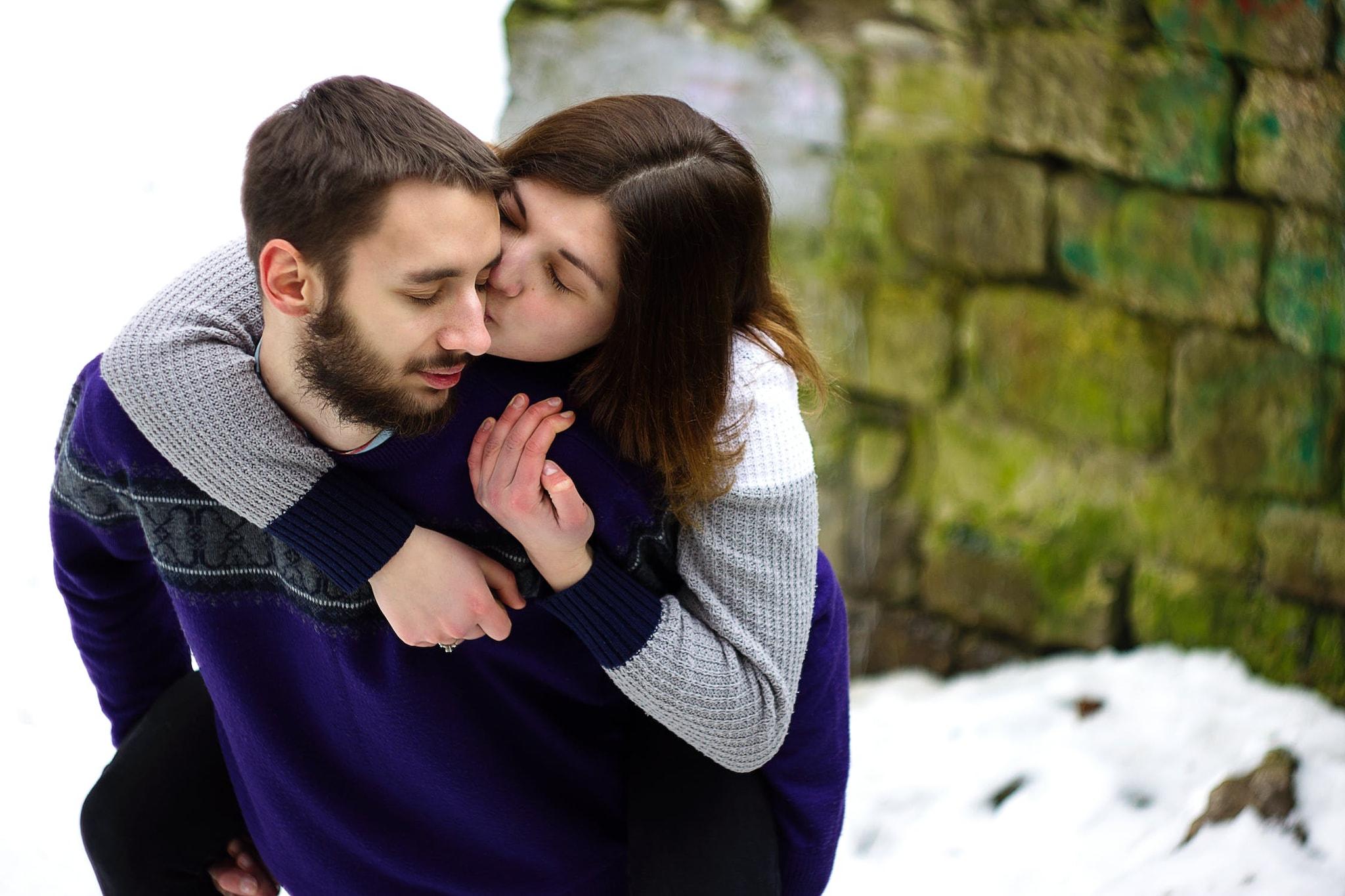 गालावर किस करणं- या किसमधून तुमच्यासाठीची प्रेमाची भावना दिसून येते. हे सहकार्य आणि परिपूर्णता दर्शवते. याशिवाय आकर्षणाचं प्रतीक म्हणूनही गालावर किस केलं जातं.